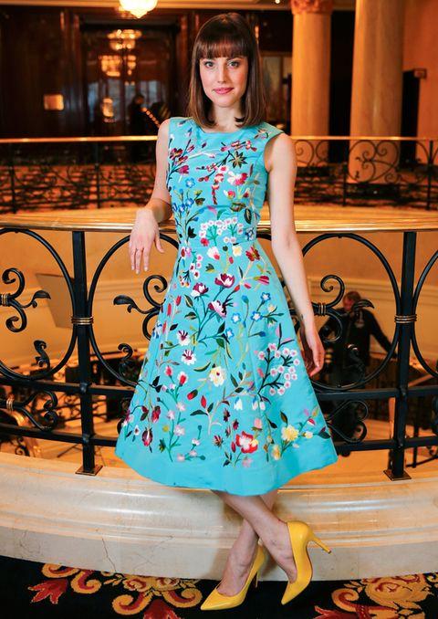<p>La actriz de 'Vivir es fácil con los ojos cerrados' recibió un premio europeo con este precioso vestido azul con bordados florales y salones amarillos.</p>