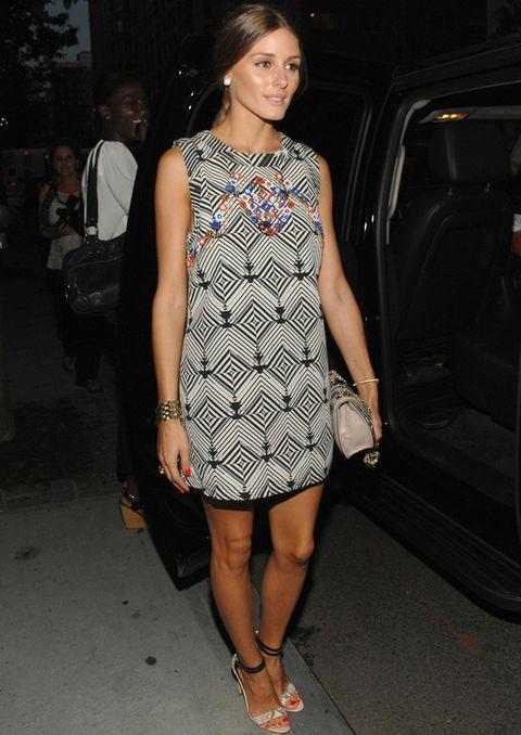 <p>Uno de los últimos looks de Olivia Palermo ha sido éste con vestido blanco y negro con estampado con efecto caleidoscopio y detalle floral multicolor en el escote.</p>