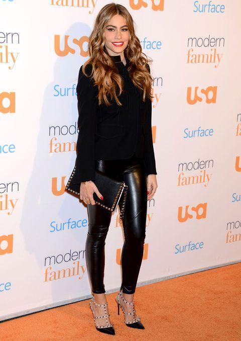 <p>Para el día dedicado a los fans de <i>Modern Family,</i> <strong>Sofía Vergara</strong> escogió un <i>total look black</i> de camisa, pantalón de cuero negro, maxicartera de tachas y zapatos con la puntera negra y tiras con apliques metálicos.</p>