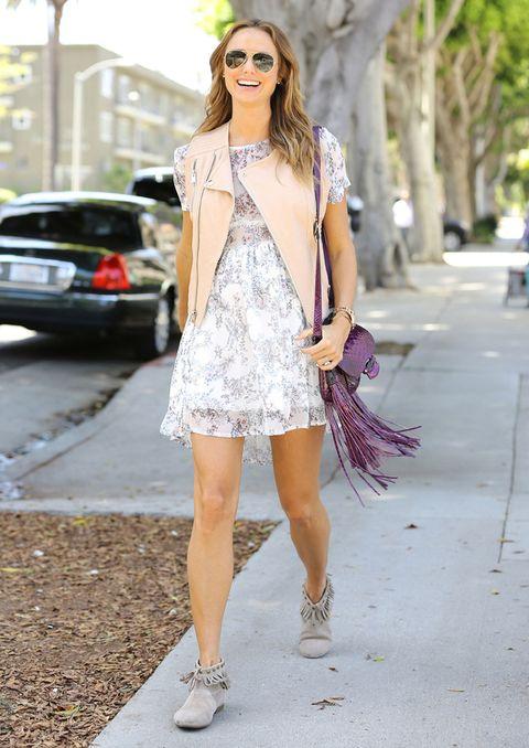 <p>La actriz y luchadora apuesta por los tonos pastel en este 'look', muy copiable aún para las tardes con buena temperatura: chaleco tipo 'biker' en rosa y vestido de florecitas, con accesorios de flecos.</p>