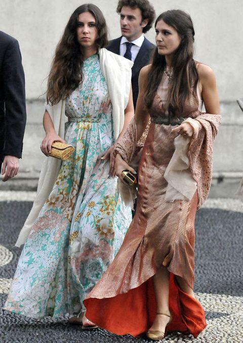 <p>Su look en la boda de Antonius Von Furstenberg y Matilde Borromeo no nos puede gustar más. Un vestido largo con print floral en tonos pastel con chal, sandalias planas y clutch de rafia como complementos.</p>