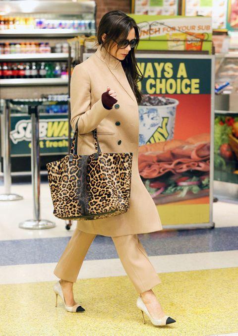 <p>Aunque sea para ir al 'super', la diseñadora británica da una lección de estilo con abrigo camel, pantalón recto en el mismo tono, bolso con estampado animal y salones tricolor.</p>