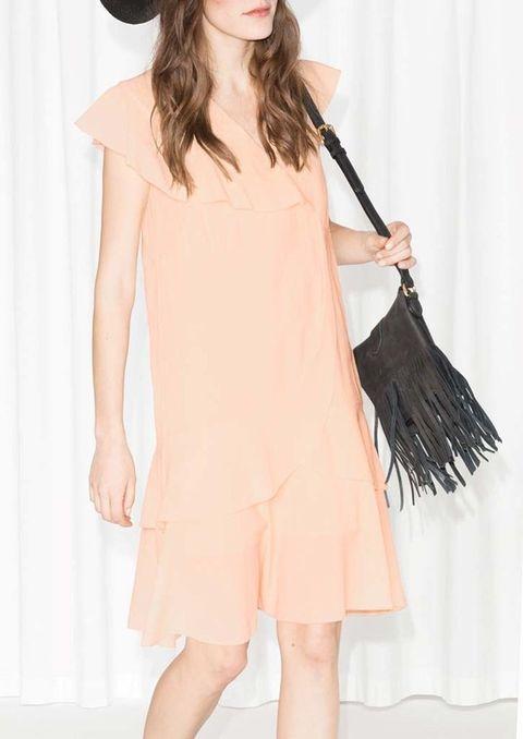 <p>Vestido con volantes cruzados en mandarina pastel de&nbsp;<strong>Other Stories</strong>, 65 €.</p>