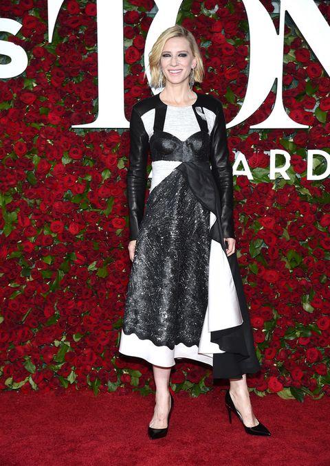 <p><strong>Cate Blanchett</strong> sorprendió, y no para bien, con este look en blanco y negro con detalles de piel y falso bustier de <strong>Louis Vuitton</strong>. El falso bustier es lo que no termina de encajar.</p>