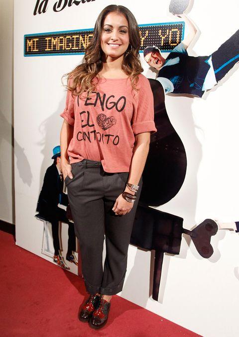 <p>Un <i>look tomboy</i> de pantalón <i>oversize</i> tobillero y <i>oxfords</i> acompaña a la divertida camiseta de Hiba Abouk: 'Tengo el [corazón] contento'.</p>