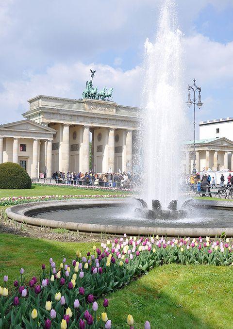 """<p>El monumento más emblemático de la ciudad es la <strong>Puerta de Brandemburgo,</strong> construida en 1791 como puerta real; a los peques les encantará pasar por debajo. A un lado se encuentra el <strong>Tiergarten</strong>, el mayor parque de Berlín y uno de los mayores del mundo, donde es obligatorio dar un paseo. Al otro lado se encuentra la elegante plaza de París, donde puedes asomarte al <strong>DZ Bank,</strong> de Frank Gehry y preguntar a tus hijos qué forma aprecian en la extraña escultura del vestíbulo. A menos de 500 metros de la Puerta se encuentra el <strong><a href=""""http://www.bundestag.de/htdocs_e/visits"""" target=""""_blank"""">Reichstag,</a> </strong>la sede política alemana, a cuya cúpula de cristal se puede subir con ascensor o rampa (conviene reservar y registrarse con antelación). El impresionante <strong>Monumento al Holocausto</strong> es un memorial de 2.711 lápidas que los peques podrán recorrer a modo de laberinto. Está a una manzana al sur de la Puerta.</p>"""