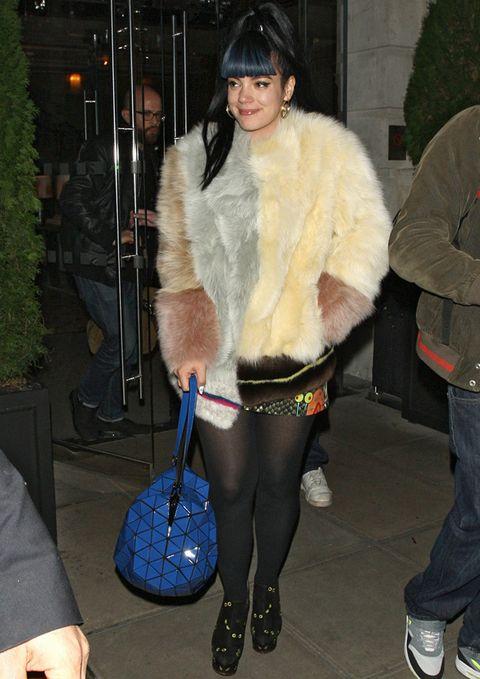 <p>Nos gustan las mezclas arriesgadas pero esta de <strong>Lily Allen</strong> es demasiado. Abrigo de piel multicolor, mini estampada, bolso azul eléctrico y sandalias con medias tupidas.</p>