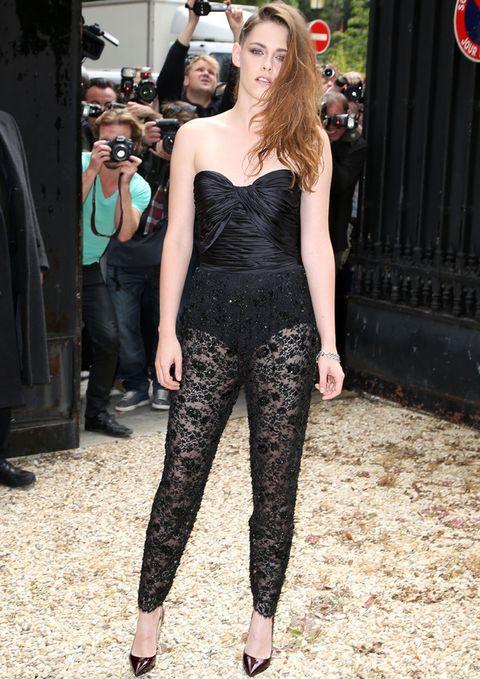 <p><strong>Kristen Stewart</strong> no faltó a su cita con <strong>Zuhair Murad</strong>,<strong>&nbsp&#x3B;</strong>uno de sus diseñadores de cabecera. No nos acabó de convencer su look de body negro con escote corazón drapeado y pantalones superpuestos de encaje semitransparentes.</p>