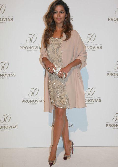 <p>Sin duda la sorpresa de la noche fue ver aparecer a <strong>Camila Alves</strong>, con un modelo de <strong>Pronovias</strong> glitter muy años 20 que completó con abrigo kimono rosa y originales zapatos con puntera de corazón.</p>