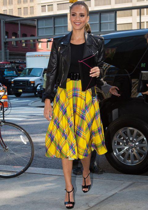 <p><strong>Jessica Alba</strong> domina los looks con 'perfecto'. Nuestro favorito es este con falda midi de tartán en tonos flúor combinada, eso sí, con prendas más discretas en negro.</p>