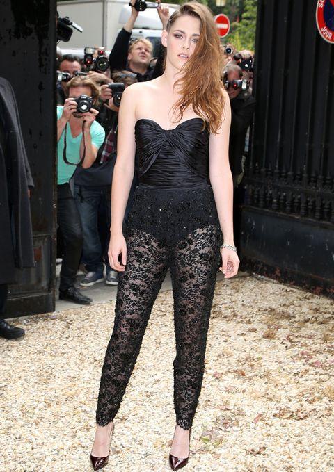 <p><strong>Kristen Stewart</strong> acudió al desfile deZuhair Murad con un mono negro muy sexy con escote corazón y piernas de encaje transparente.</p>