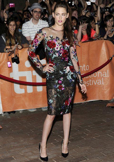 <p><strong>Kristen Stewart&nbsp;</strong> apostó por un llamativo vestido de manga larga con encaje negro y coloridos bordados de flores de <strong>Zuhair Murad Fall 2012 Couture</strong>. Lo combinó con unos salones negros de <strong>Jimmy Choo</strong>.</p>