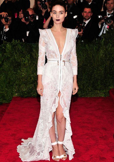 <p><strong>Rooney Mara</strong> es más de colores nuetros. Para muestra su outfit en la Gala del MET 2013 con este total look de <strong>Givenchy</strong> con un vestido blanco bordado con cremalleras, sandalias al tobillo y un maquillaje en clave dark.&nbsp;</p>
