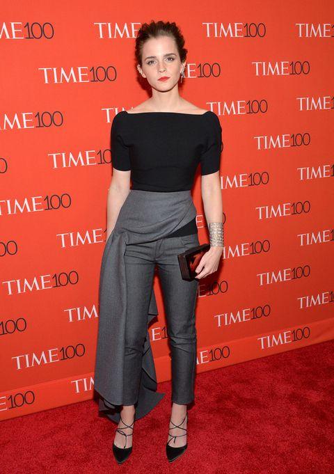 <p><strong>Emma Watson</strong> fue una de las más elegantes de la gala con este look de <strong>Dior</strong> con top negro y pantalón gris con capa lateral. Sus accesorios en negro, incluido su clutch de <strong>Rauwolf</strong>, y su brazalete XL hicieron el resto.</p>