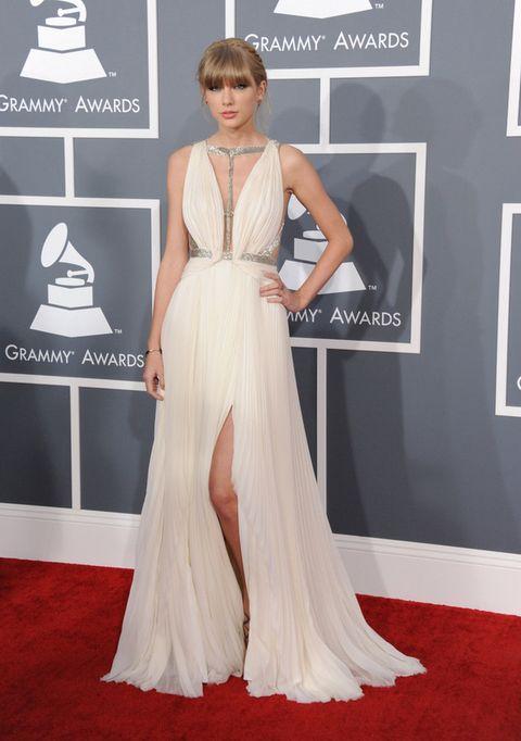<p>Un vestido blanco de inspiración griega de J. Mendel fue el elegido por Taylor Swift para la gala.Casi sin complementos y con un maquillaje nude, nos gustó el recogido. </p>