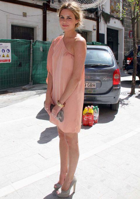 <p>Otro look de boda esta vez con un vestido asimétrico en rosa palo con complementos en gris y joyas gold.</p>