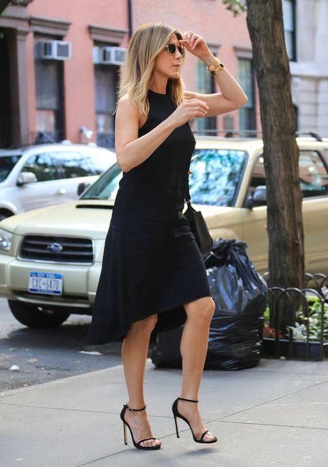 <p><strong>Jennifer Aniston</strong> demuestra que los 'little black dress' también son para el verano con este sencillo modelo 'tail hem' sin mangas. Le añade accesorios del mismo color.</p>