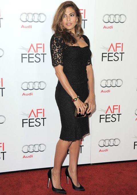 <p>Eva consigue estar sexy incluso con un básico como un little black dress. Fichamos su diseño de encaje de <strong>Dolce & Gabbana</strong> combinado con un clutch con detalles dorados de <strong>Sergio Rossi</strong> y salones también en negro de <strong>Brian Atwood</strong>.</p>