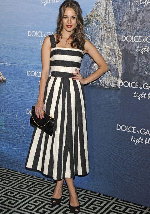 <p>Uno de nuestros estilismos favoritos de la fiesta Light Blue de<strong> Dolce&amp&#x3B;Gabbana</strong> fue el de&nbsp&#x3B;<strong>Silvia Alonso</strong> con este favorecedor vestido a rayas 'black&amp&#x3B;white'. Por ponerle un pero cambiaríamos el bolso por un clutch de color.</p>