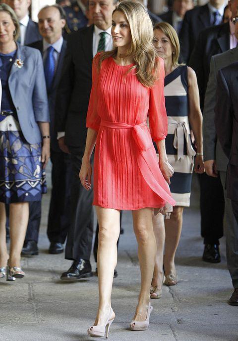 <p>Es uno de sus colores favoritos, y en este vestido plisado con manga francesa y lazo en la cintura no le puede favorecer más. Unos sencillos peep toe nude hacen el resto.&nbsp;</p>