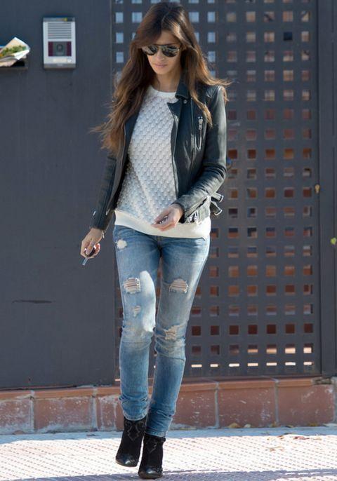 <p>Sara Carbonero no se complica y recurre a los clásicos jeans pitillo, en este caso rotos, jersey blanco, botines negros y cazadora 'perfecto'. Un look trendy y cómodo para el día.</p>
