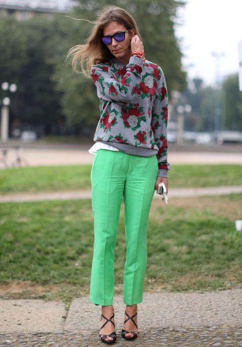 <p>Nosotros también notamos que los días ya no son tan soleados como antes...por eso nos gusta este look que retiene el color del verano en los pantalones verde flúor y comienza a dejarse contagiar por el espíritu otoñal en el estampado floral.</p>