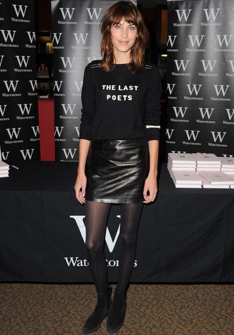 <p>Para presentar su libro 'It', <strong>Alexa Chung</strong> eligió un total black look con mini de cuero y un jersey que rendía tributo a The Last Poets.</p>