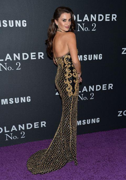 <p>El diseño se ajustaba a las curvas de la actriz y dejaba su espalada al aire.</p>