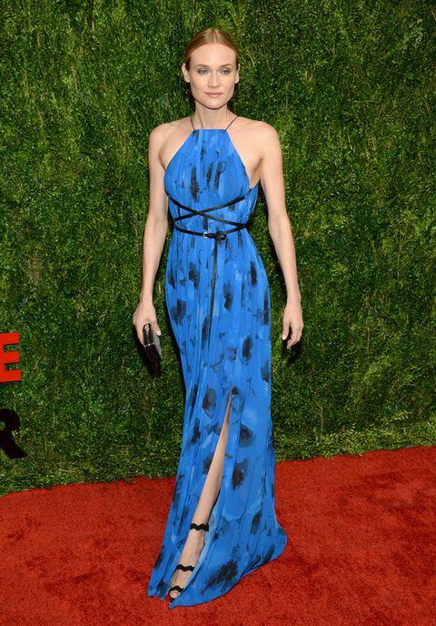 <p>Simplemente espectacular acudió <strong>Diane Kruger</strong> en azul y negro con un vestido halter estampado con abertura en la falda y cinturón cruzado.</p>