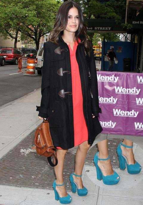 <p>El look de <strong>Rachel Bilson</strong> no sería lo mismo sin las sandalias peep toe de pulsera en gamuza de color turquesa con tacón ancho de <strong>Rag & Bone</strong>. Le da un toque diferente, colorido y muy chic.</p>