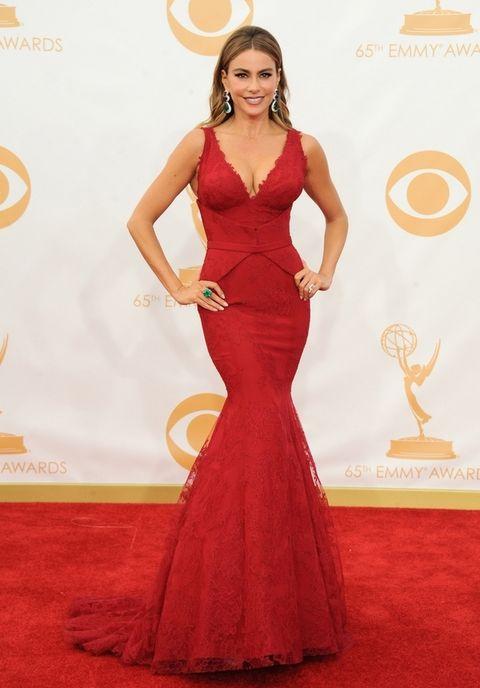 <p>Cuando más nos gusta es cuando la actriz enfunda su espectaculares curvas en vestidos de línea sirena como este con escote en uve en encaje rojo de <strong>Vera Wang</strong>.</p>