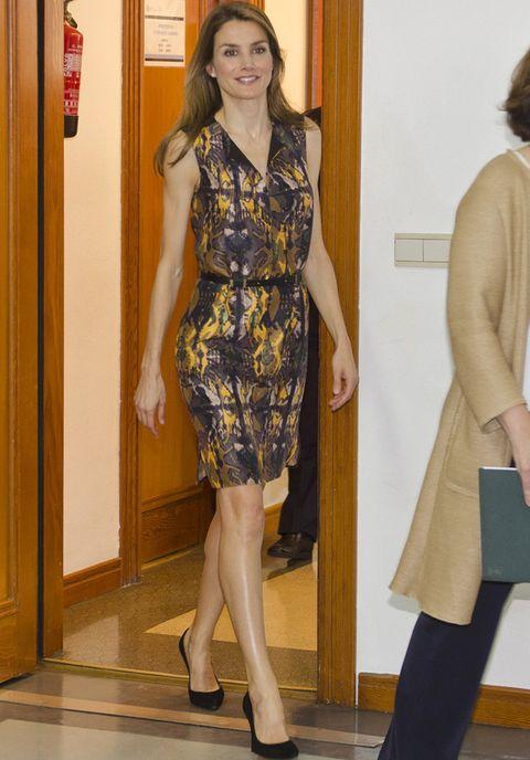 <p>La princesa se atreve con todo, incluso con el print abstacto de este vestido sin mangas en tonos dorados, azul oscuro y negro. Muy acertada la sencillez de sus zapatos.&nbsp;</p>