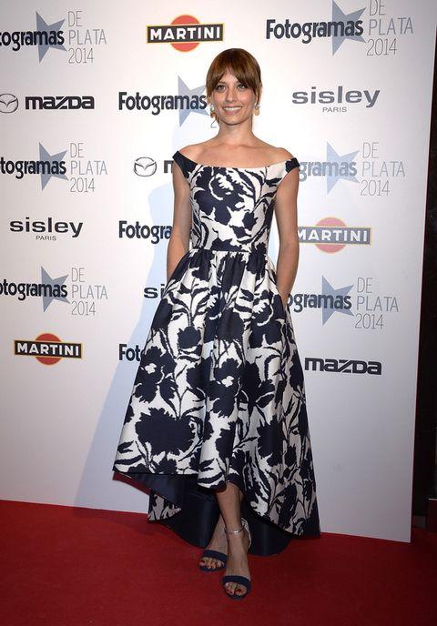 <p>Nos encanta este look de<strong> Michelle Jenner</strong> con vestido tail hem de flores en azul y blanco de<strong> Oscar de la Renta Resort 2015&nbsp;</strong>combinado con unas sandalias minimal a juego.</p><p>&nbsp;</p>