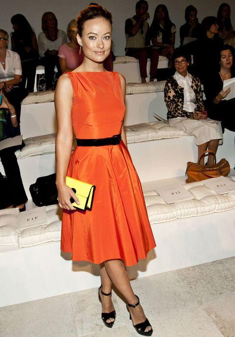 <p><strong>Olivia Wilde</strong> está radiantes con este vestido midi, con falda tableada y ceñido a la cintura por un cinturón negro. &nbsp;Nos encanta su clutch amarillo pastel.</p>