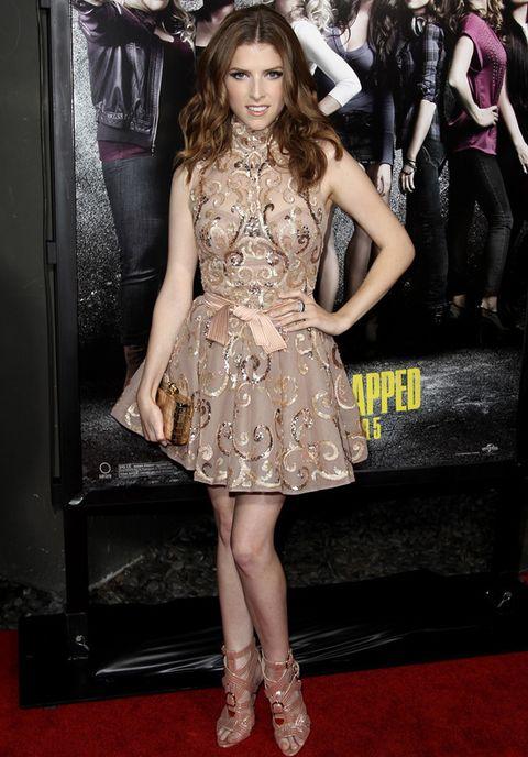 <p>Anna Kendrick escogió este <strong>Zuhair Murad otoño 2012</strong> para la <i>premiere</i> en Los Angeles de 'Pitch Perfect'. Vemos demasiado recargado su look de vestido mini con cuello vuelto nude, brocado con detalles dorados y lazo en la cintura. Un clutch oro y sandalias altas de&nbsp;<strong>Brian Atwood 'Encanta'&nbsp;</strong>contribuían al efecto recargado.</p>