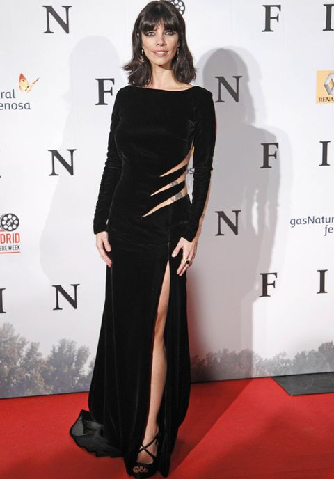 <p><strong>Maribel Verdú,</strong> espectacular con un vestido de terciopelo negro con efecto rasgado en la cintura, abertura en la pierna y espalda transparente de <strong>Zuhair Murad otoño/invierno 2012-13,</strong> que combinó con sandalias negras cruzadas al tobillo.&nbsp;Destacaba el anillo de la colección <i>Mythology</i> de <strong>Magerit</strong>.</p><p>&nbsp;</p>