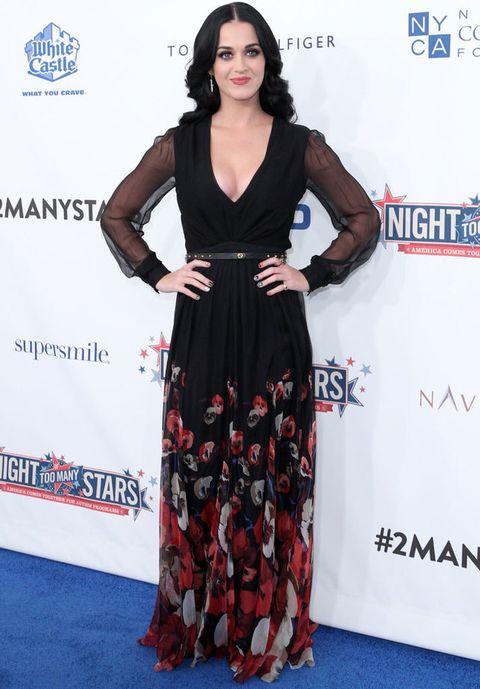 <p>Otra de las VIP que hemos visto luciendo el otoñal vestido de <strong>Gucci</strong> ha sido <strong>Katy Perry</strong> que presumió de escote y lo combinó con una original manicura.</p>