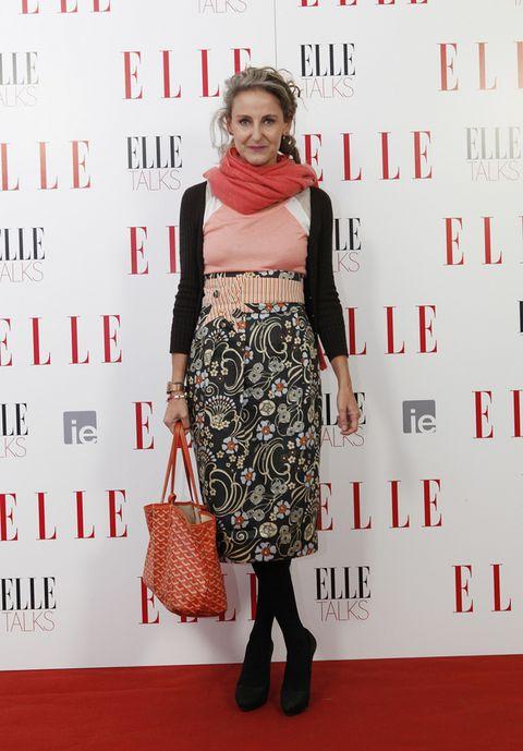 <p>Acudió muy elegante con una falda lápiz floral y complementos pastel. </p>