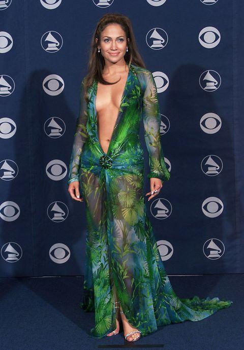 <p>Sin palabras nos dejó <strong>Jennifer Lopez</strong> en la gala de los Grammy del 2000 con este escotadísimo vestido estampado en verde de <strong>Versace</strong>. ¿Alguien lo ha olvidado?</p>