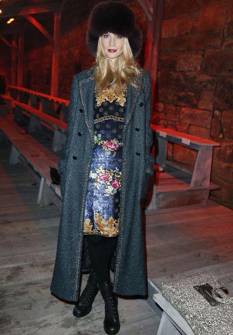<p><strong>Poppy Delevingne</strong> fue nuestra celebrity favorita con un vestido barroco con bordados de flores de Chanel que combinó con un abrigo de tweed en gris también de la maison. Sus accesorios fueron unas botas de estilo motero y un gorro de pelo espectacular.</p>