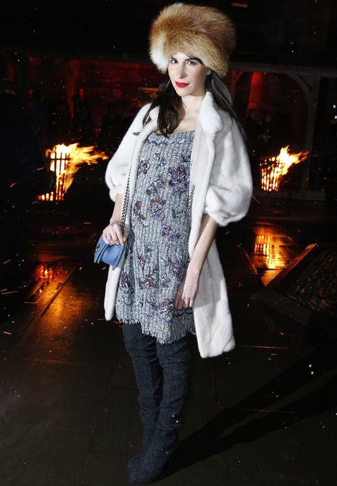 <p><strong>Caroline Sieber</strong> también se apuntó al sombrero de piel con un vestido gris bordado con pedreria, un abrigo blanco y botas XL.</p>