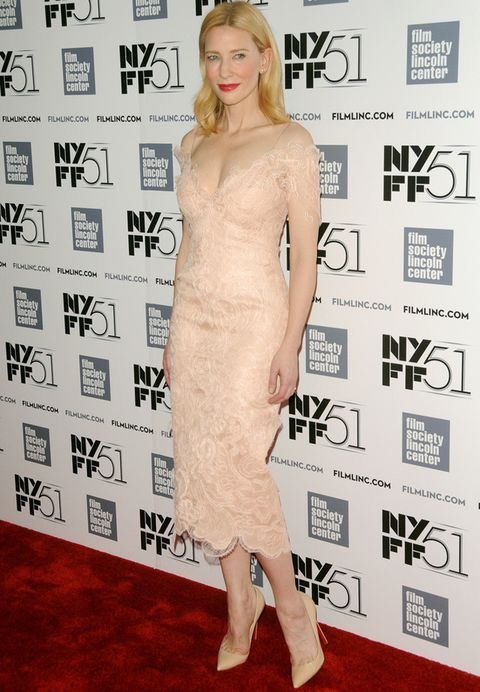 <p>Adoramos el <strong>Armani Privé</strong> que <strong>Cate Blanchett</strong> lució en el festival de cine de Nueva York: un modelo lencero midi de encaje con escote en 'uve' con efecto segunda piel. Contrastó su total nude con llamativos labios rojos.</p>