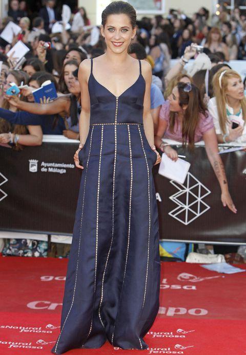 <p><strong>María León</strong> estaba radiante con un vestido de tirantes en azul marino con líneas caladas. Un acierto la ausencia total de joyas.</p>