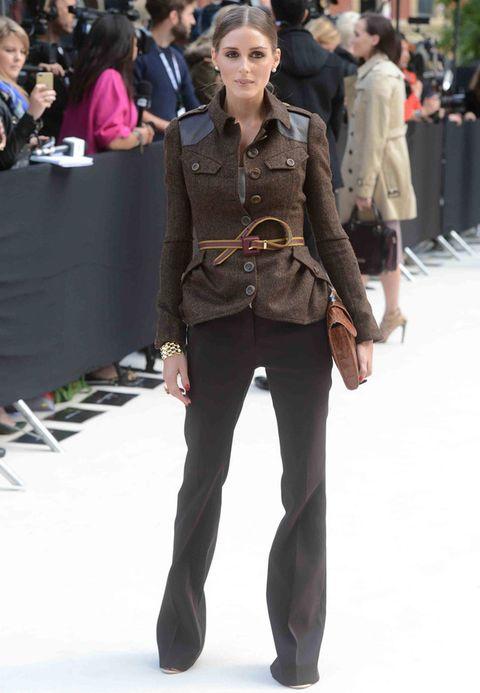 <p>La primera en darnos una lección de estilo otoñal no podía ser otra. <strong>Olivia Palermo</strong> con un total look marrón con chaqueta jasapeada abotonada y cinturón combinado con unos pantalones palazzo.</p>