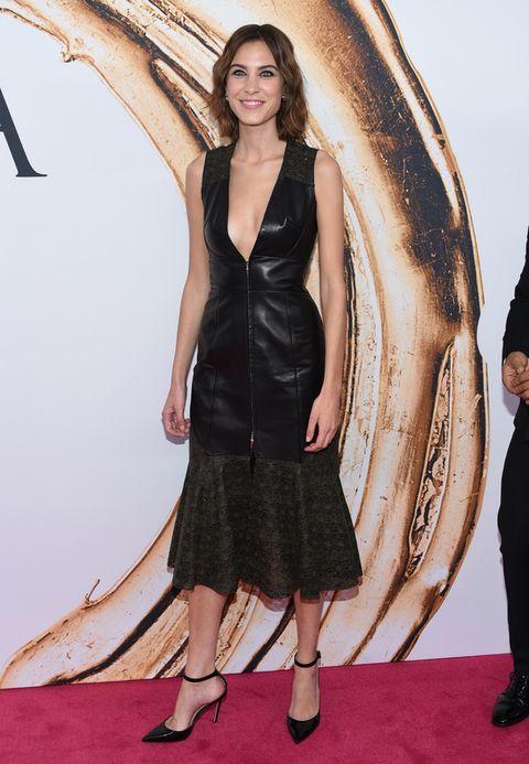 <p><strong>Alexa Chung</strong> asistió a los premios con un vestido midi negro de piel de<strong> Prabal Gurung</strong>.</p>