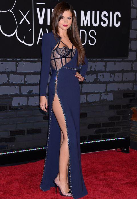 <p>Uno de los looks más acertados de la noche, el de<strong> Selena Gomez</strong>, impresionante con un diseño azul y negro de<strong> Atelier Versace</strong> de la colección otoño/invierno 2013-2014. Como complementos, zapatos de<strong>Lorraine Schwartz</strong> y pendientes de esmeraldas. Nos encanta el detalle del bustier lencero.</p>