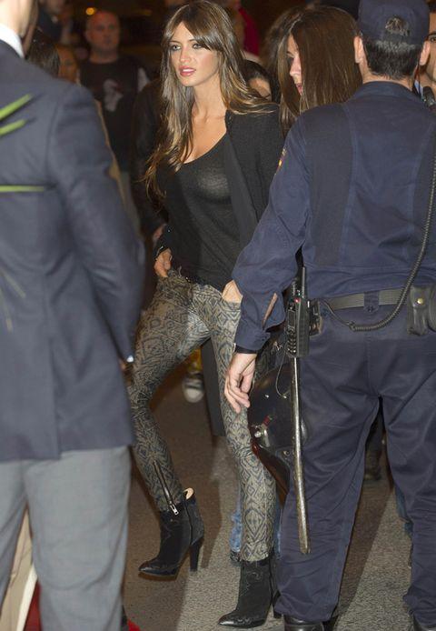 <p><strong>Sara Carbonero</strong> vuelve a recurrir a básicos para crear su look y en este caso sus pantalones efecto metalizado cobre se convierten en el centro de su estilismo.</p>