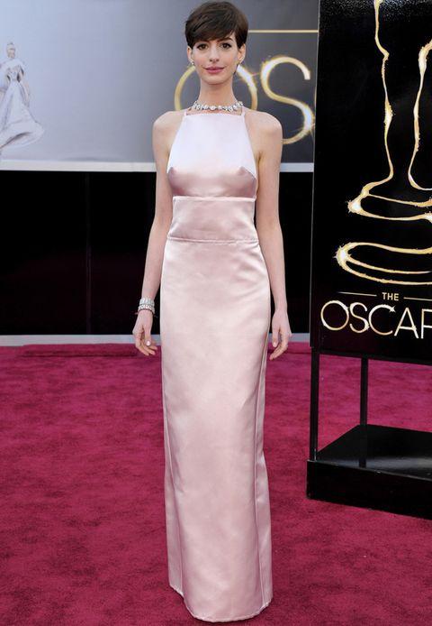 <p><strong>Anne Hathaway</strong>eligió un delicado vestido minimal tipo columna en rosa palo de <strong>Prada</strong>.</p>