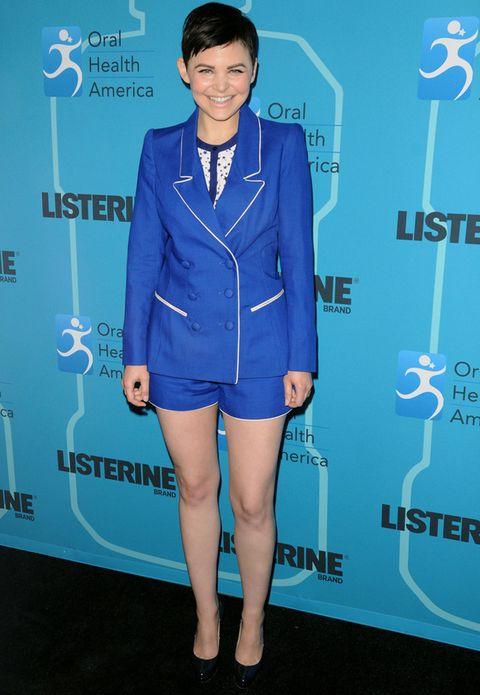<p>Combinado por separado, el dos piezas de shorts y blazer azul eléctrico de la actriz <strong>Ginnifer Goodwin</strong> nos hubiera convencido más que el 'total look'.</p>