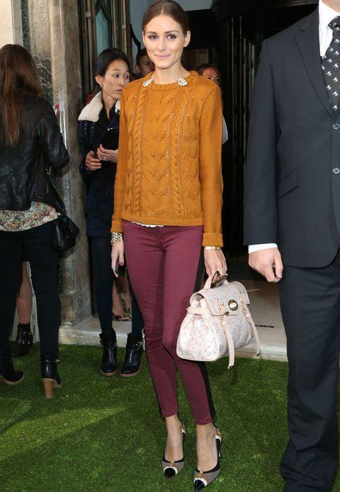 <p><strong>Olivia Palermo</strong> en <strong>Mulberry </strong>con pitillos en burdeos y jersey de punto con ochos en naranja oscuro. Bolso de la firma naïf y elegantes salones tricolor.</p>
